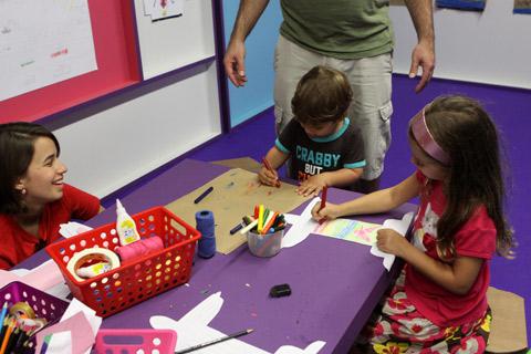 Eric e Julia adoraram a sala infantil da exposição
