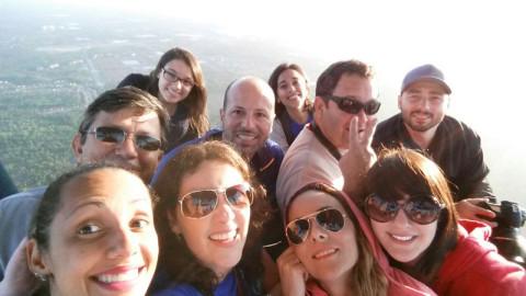 Selfie com todos os blogueiros do grupo!  A Aline do blog O Tour Nosso de Cada Dia clicou nem sei como