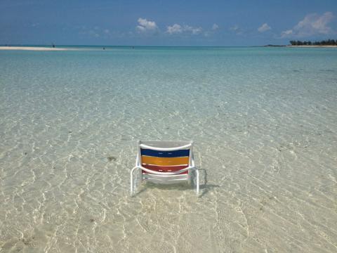 Cadeira em Serenity Bay em dia perfeito