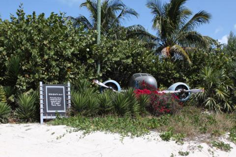 Chegando a Serenity Bay, a placa informa que é para maiores de 18 anos