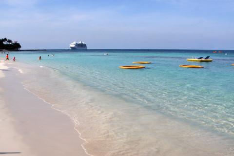 A Seven Mile Beach no trecho em frente ao Marriott: linda, e perto do porto