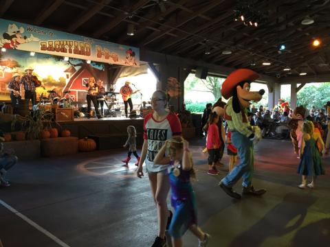 Alguns personagens dançando com as poucas crianças no começo do show