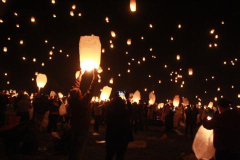 Soltando as lanternas, todo mundo (quase) junto. Foto:  Claudia Beatriz