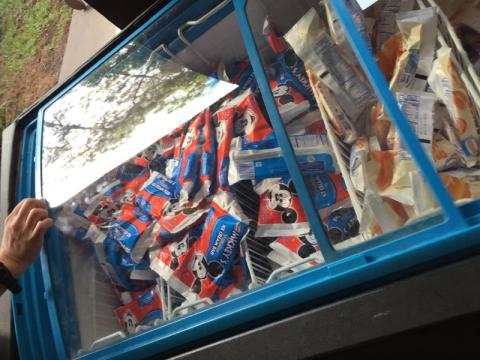Tem um freezer perto das bebidas com picóles, inclusive o do Mickey que eu adoro e tive que comer