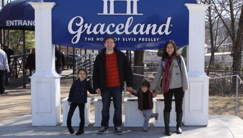 Chegando a Graceland, essa placa fica na entrada  do centro de visitantes pelo estacionamento
