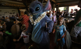 Café com personagens no Ohana: Lilo e Stitch