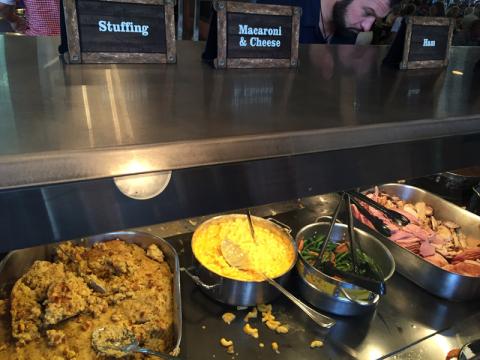 E nesse dia tinha stuffing, peru e presunto (comidas de Thanksgiving), o Mac and Cheese sempre tem
