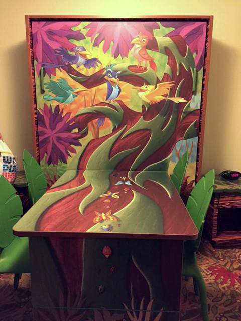 Entrando na suíte do Rei Leão, você tem a mesa de jantar que vira uma cama. Foto: cedida por Jessica Freeman