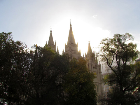 O sol atrás do Templo em Salt Lake City