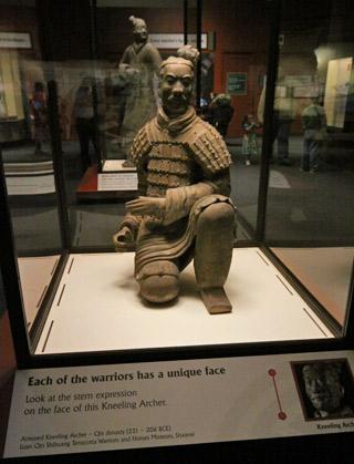 Um arqueiro ajoelhado original, trazido da China para a exposição