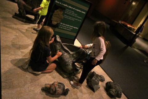 Julia montando o soldado com as meninas que conheceu no museu