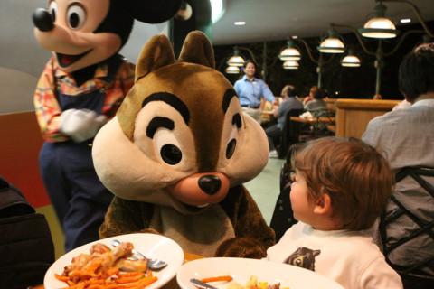 Eric jantando com Mickey, Tico e Teco e Pluto no Garden Grill