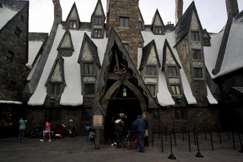 Three Broomsticks, o Inn e Bar onde os estudantes de Hogwarts tomam suas Butterbeers