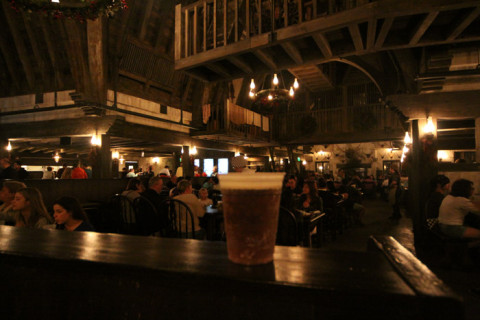Minha butterbeer e o interior do Three Broomsticks