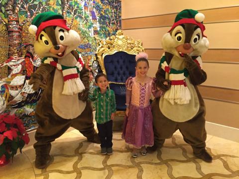 Tico e Teco com Julia e Eric: personagens com roupas natalinas no Very Merrytime cruise