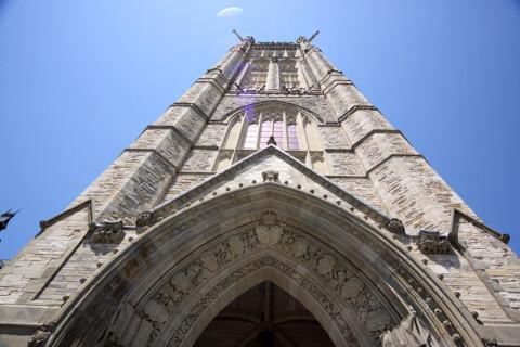 Olhando pra cima: a Torre da Paz (Peace Tower)