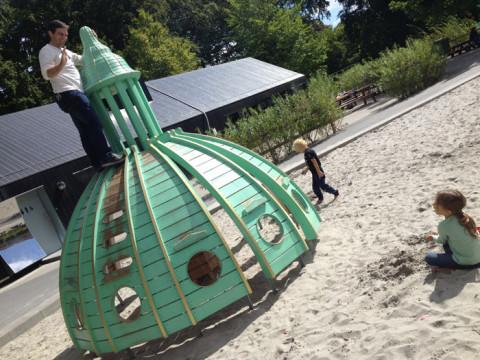 Eu não sei quem se diverte mais nos playgrounds, o Gabe ou as crianças!