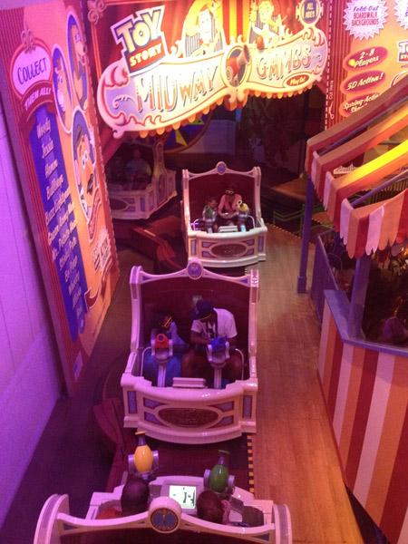 Os carrinhos da Toy Story Midway Mania