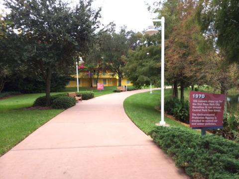 Pra quem gosta de correr, tem esses caminhos ótimos no jardim dos resorts