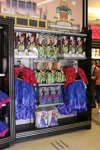 Fantasias e bonecas de Anna (o vestido de baile da Anna não vi pra vender no Hollywood Studios, só na World of Disney)