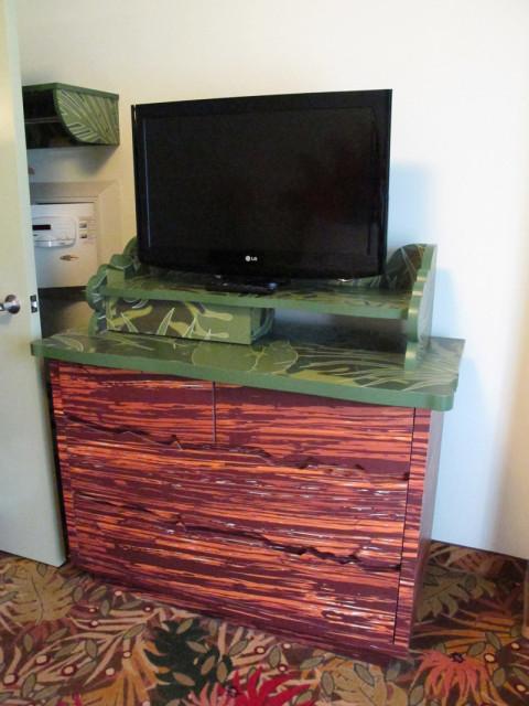 Mais uma cômoda com TV e o cofre ali atrás da porta. Foto: Luciana Misura