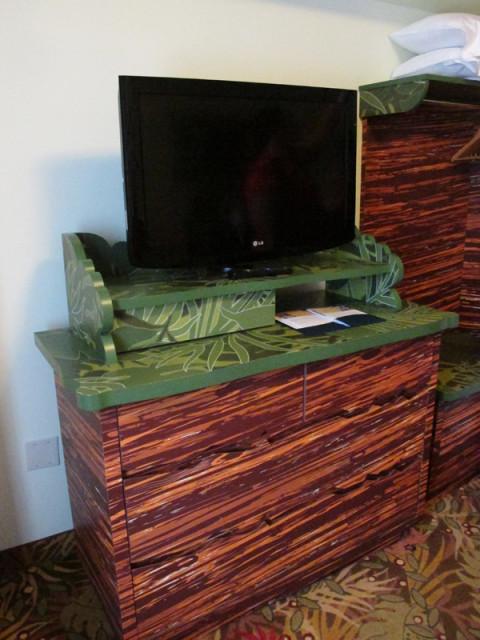 A TV e cômoda da sala da suíte do Rei Leão. Foto: Luciana Misura