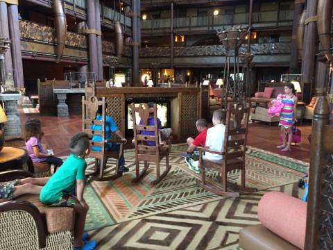 Criançada assistindo TV no lobby do Animal Kingdom Lodge - Jambo House