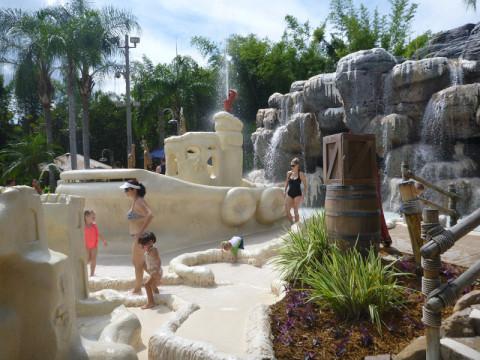 """A área kids do Typhoon Lagoon tem """"castelinhos de areia"""", grutas com água e outros brinquedos"""