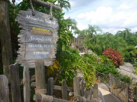 Plaquinha dos toboáguas e da trilha da montanha