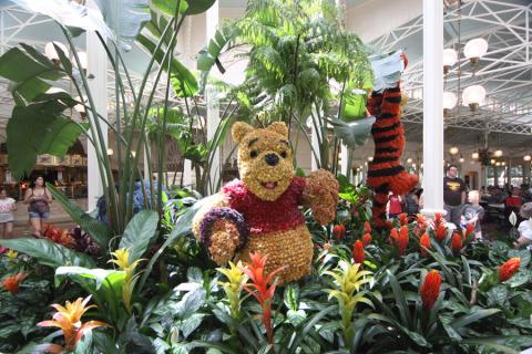 Logo na entrada do Crystal Palace, Ursinho Pooh e seus amigos no jardim