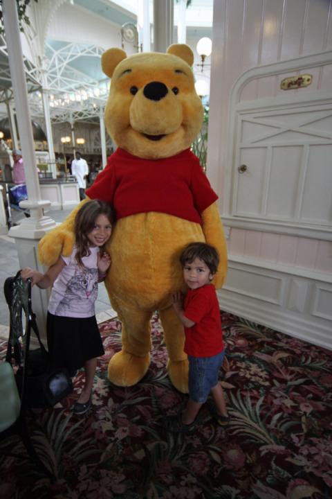 Ursinho Pooh dando boas-vindas a Julia e Eric