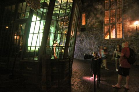 Uma menina fazendo mágica com sua varinha interativa em Knockturn Alley