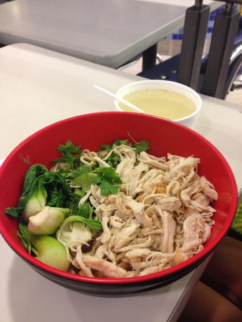 A comida vietnamita que a Julia pediu, adiciona a sopa e embaixo tem macarrão
