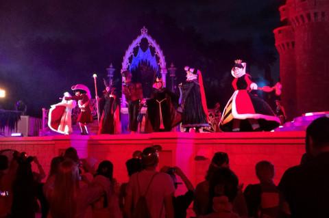 O show dos vilões na frente do castelo