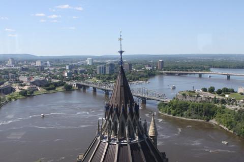 Do alto da Torre da Paz, a torre da biblioteca e o rio Ottawa