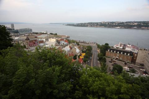 A vista do Terrasse é esta, o rio Saint Lawrence  e a cidade baixa
