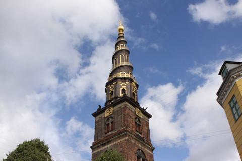 A linda torre da Vor Frelsers Kirke em Copenhague