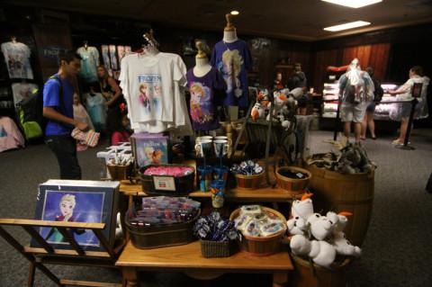 Entrando na Wandering Oaken's Trading Post, a loja é como a que a Anna entra no filme