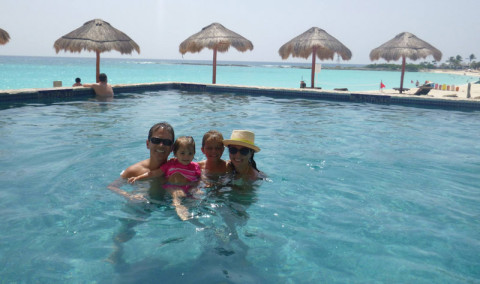 Família da Laura curtindo a piscina no Westin Cancún