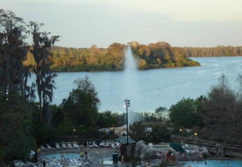 O geiser fica atrás da piscina, como vocês podem ver. Foto: Regina
