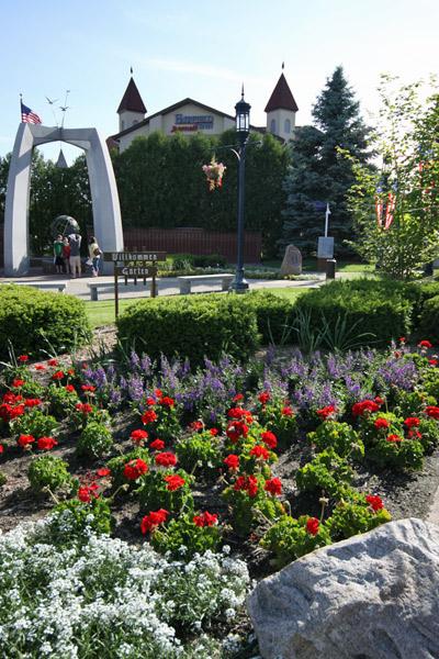 O jardim de boas-vindas de Frankenmuth e o Fairfield Inn ali atrás