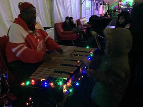 O cara tocando xilofone com as crianças fez o maior sucesso