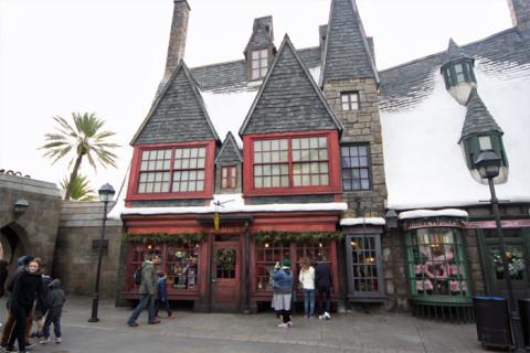 Zonko's e Honeydukes, duas lojas famosas com os estudantes de Hogwarts (Zonko's vende os brinquedos engraçadinhos e Honeydukes vende doces)