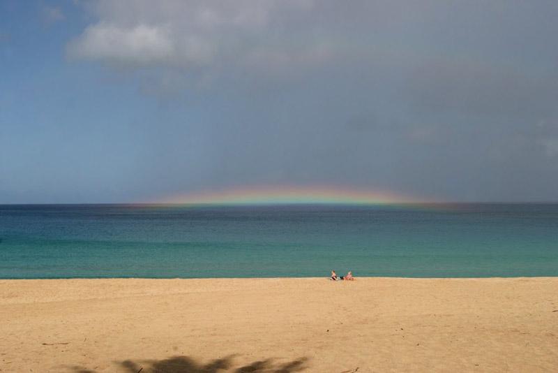 Arco-íris em Waimea Bay, no North Shore de Oahu
