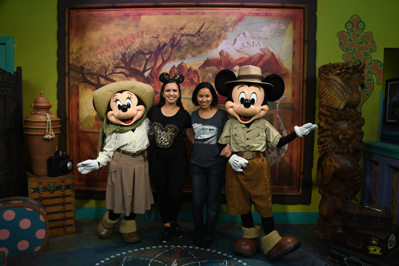 Eu e a Cami com o Mickey e a Minnie durante o Disney After Hours no Animal Kingdom