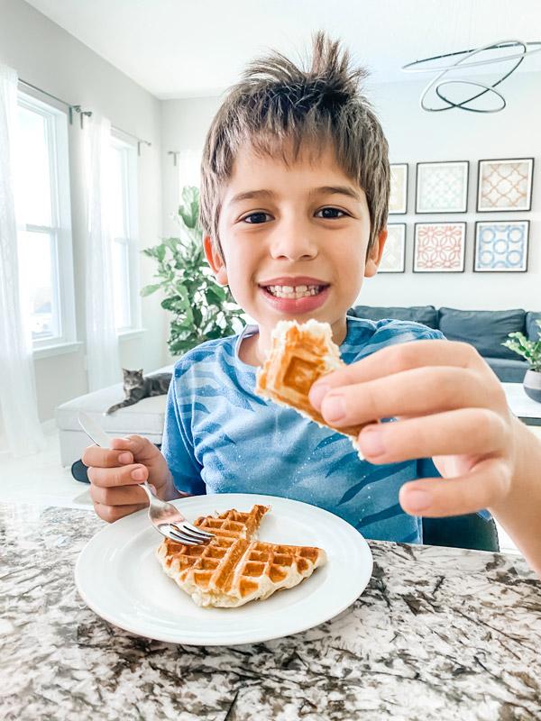 Eric comendo os deliciosos waffles de Liège
