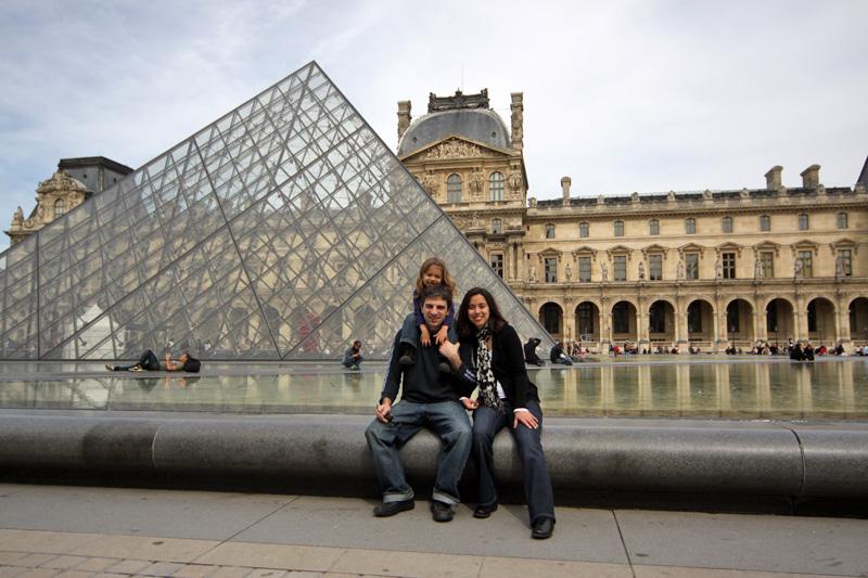 Nós no Louvre, em Paris