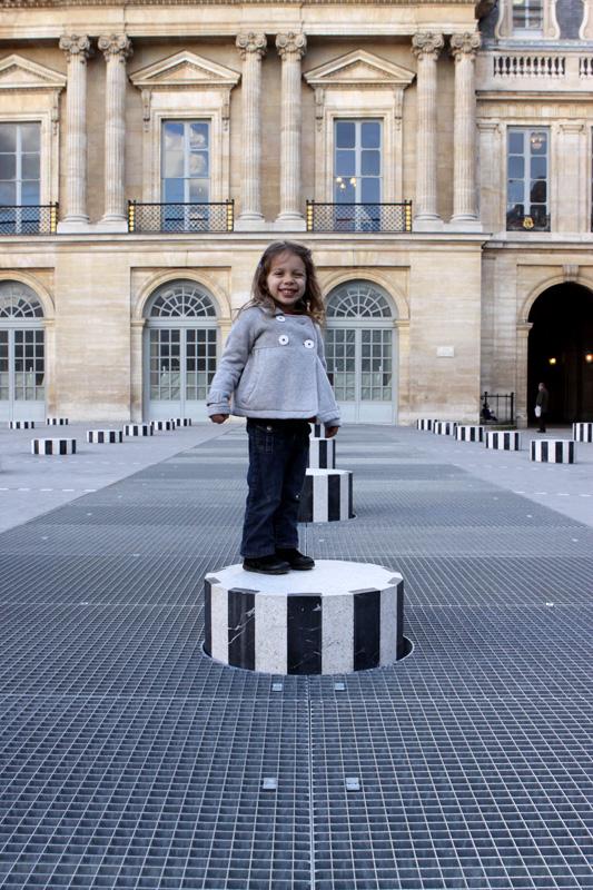 Julia no Palais Royal em Paris