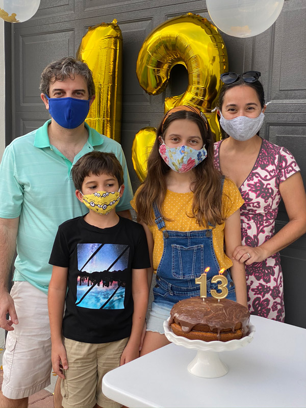 Parabéns na calçada com máscaras e distanciamento social