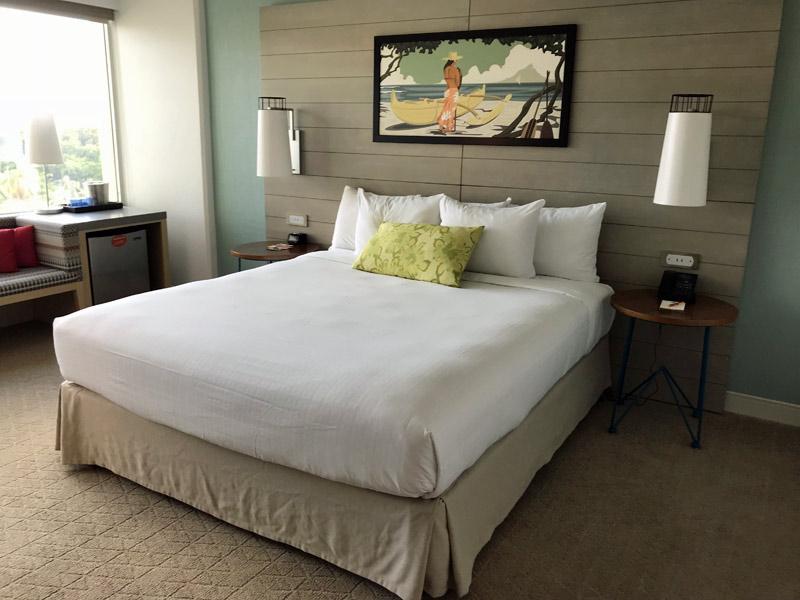 Meu quarto no Queen Kapiolani Hotel, um hotel barato em Waikiki que está novinho